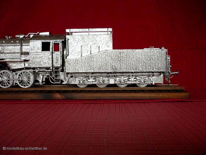 Kriegslokomotive BR 52<br><i>Ma&szlig;stab: 1 : 35<br>Material: Zinnlegierung<br>Bestehend aus ca. 710 Einzelteilen<br>Original Plastikmodellbausatz von TRUMPETER