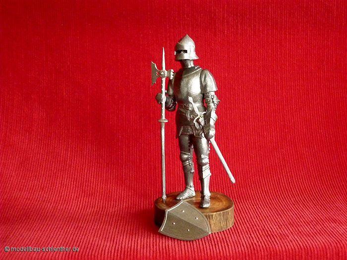 Deutscher Ritter<br><i>Maßstab: 1 : 16<br>Bestehend aus ca. 30 Einzelteilen</i><br>Original Plastikmodellbausatz von MiniArt